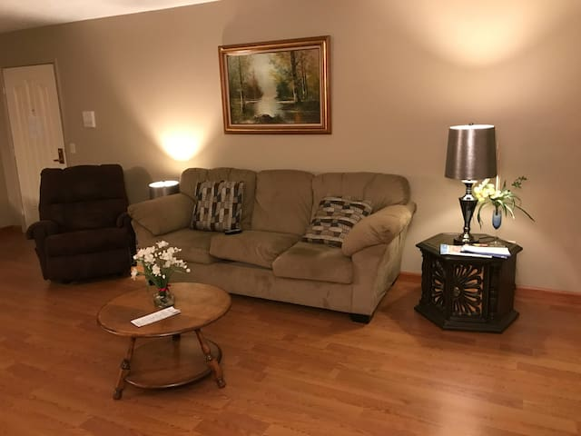 Cozy 2 Bedroom Apt near Crocker Park & 480 - Olmsted Falls - Daire
