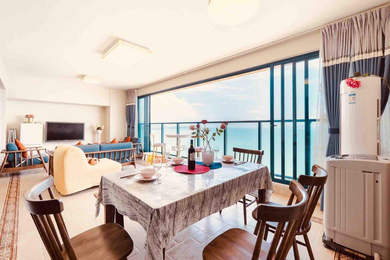近40平的客厅,8米落地观景落地窗,180度无遮挡看日出日落,海上变幻莫测的景观,沙滩度假景观尽收眼底……