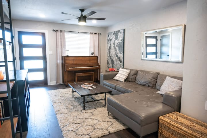 Relax in a Private Modern House near Downtown