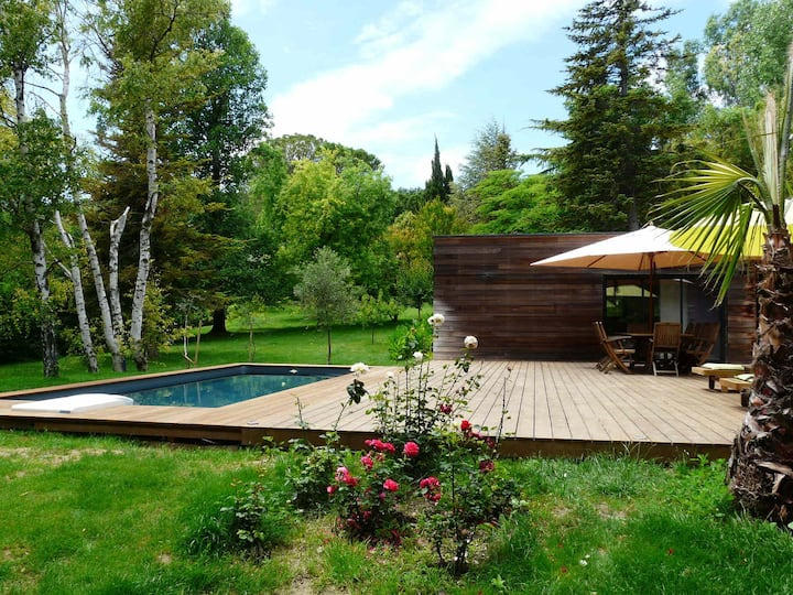 A green haven and a prominent location for this vacation rental with pool in Caumont sur Durance, near the city of Avignon, sleeps 6.