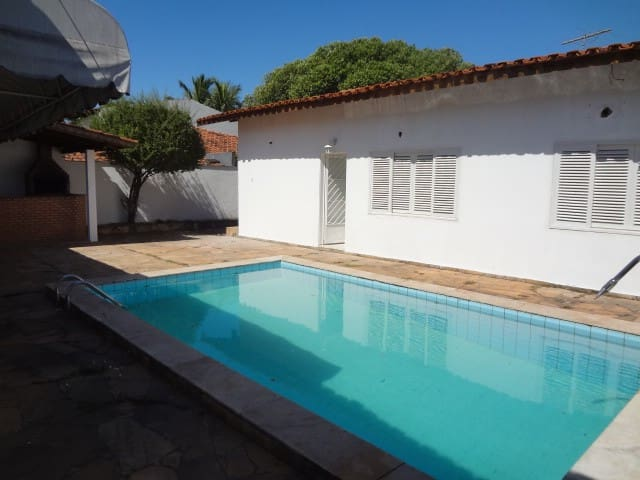 Quartos com piscina em Cuiabá - Баррозу - Дом