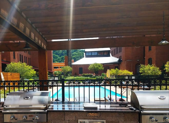 Enjoy grilling out in the courtyard next to the pool and jacuzzi hot tub.