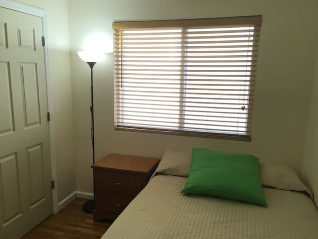 Quiet, private room with key, near Manhattan  85s3 - Staten Island - Ev
