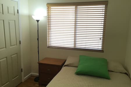 Quiet, private room with key, near Manhattan  85s3 - Стейтен-Айленд - Дом