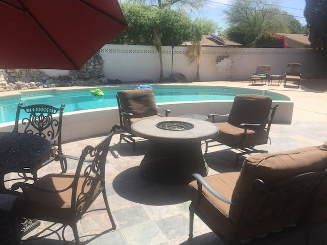 1 mile from ASU, 5 Bedroom Tempe retreat