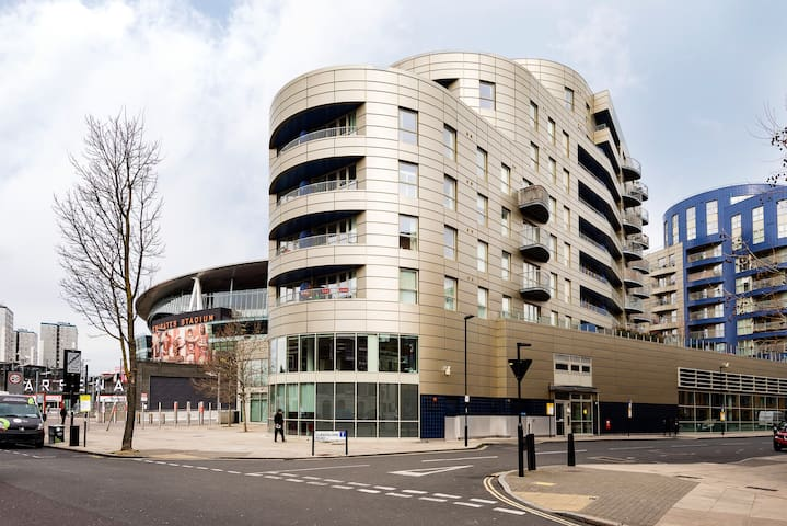 The building is very easy to find - it's 5 mins walk from Holloway Road underground station and right next to the Arsenal Emirates Football Stadium. There is a Co-op store opposite. The entrance is on this side.