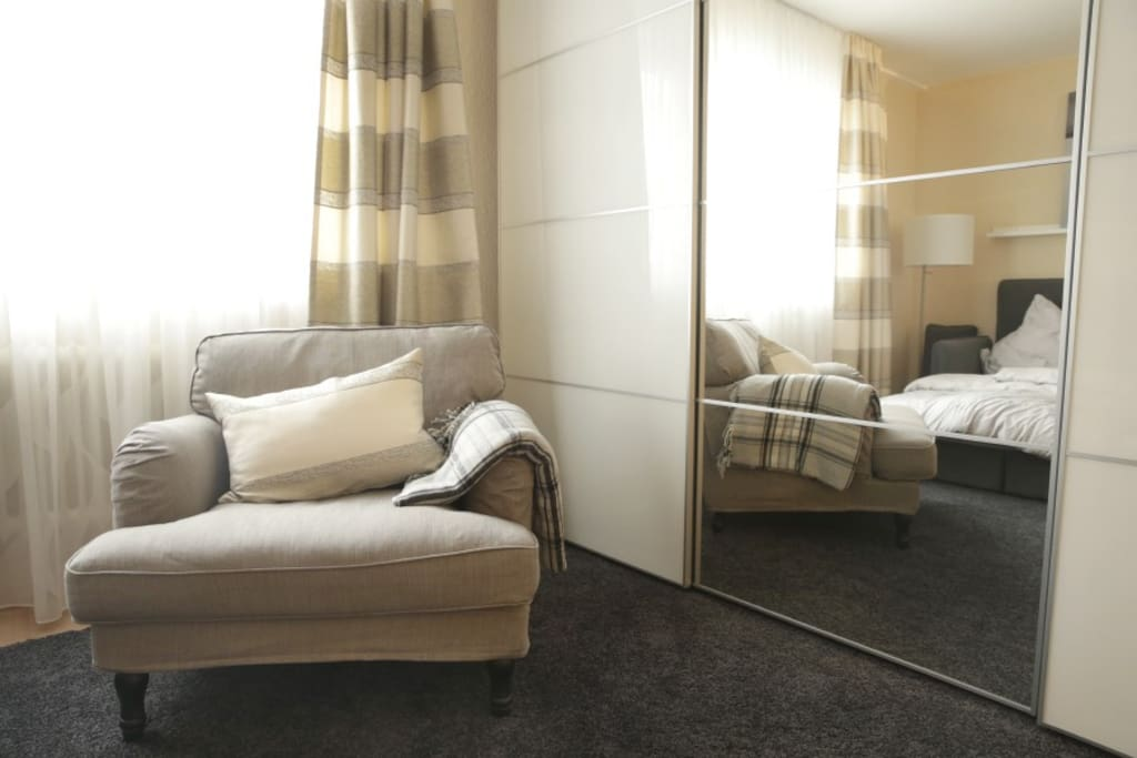 Bequemer Sessel mit Kissen +Decke