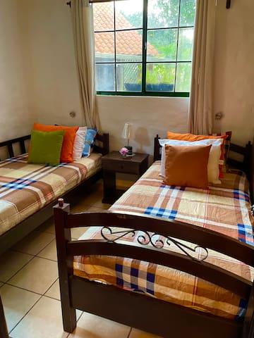 Dos camas individuales, en esta habitación encontrarás una hamaca y tienda de campaña que está a tu servicio !