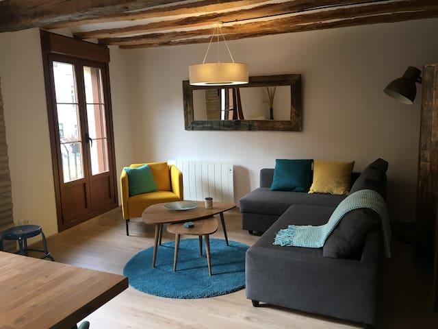 Sofacama para dos personas. Muy cómodo y fácil de abrir y cerrar. | Comfortable couch with full size bed for 2, easy to open and close