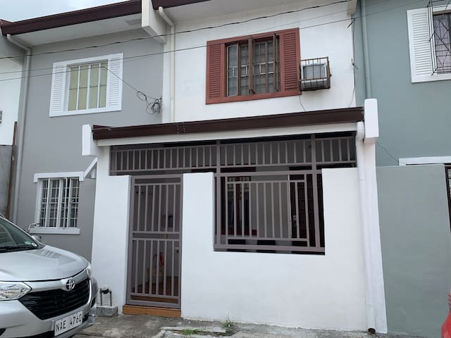 Entire house with two rooms 5mins away fr SM Imus
