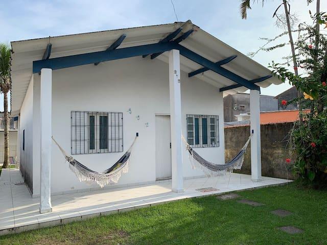 Casa aconchegante 2 quartos e quintal c churrasq.