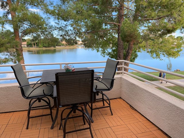 Upscale Lakeside Condo in the Heart of Scottsdale