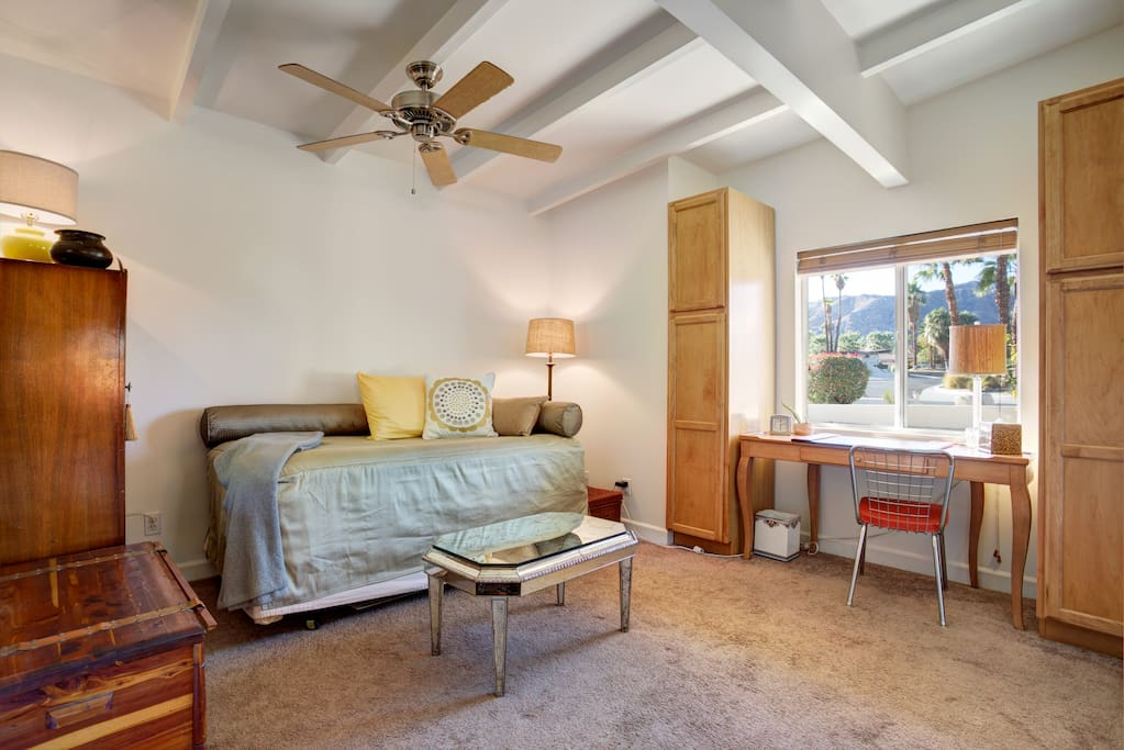 Cheerful, open room with great mountain views