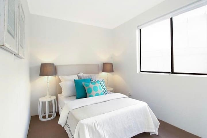 Large Private Queen room- Coogee Beach