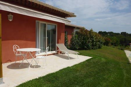 2 pièces, neuf, dans villa, sur espace vert 2250m2 - Antibes - Villa