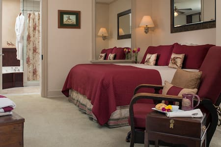 Picture of the Library Suite bedroom with Suite king size bed