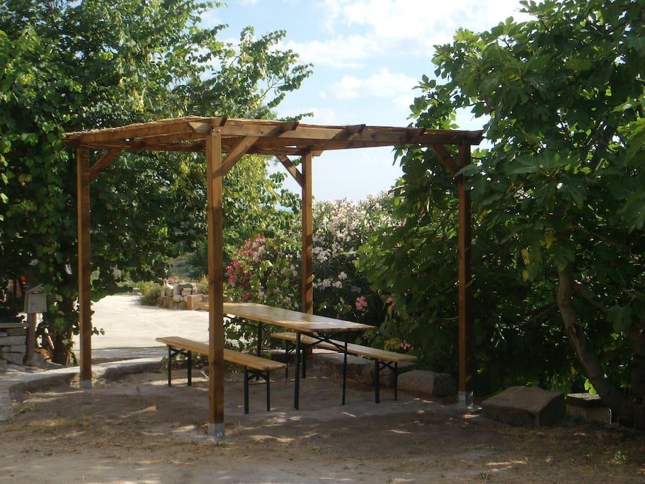 Spazio esterno coperto per chi desidera mangiare all'aria aperta