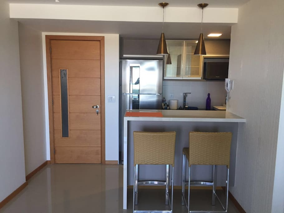 Cozinha completa integrada à sala.