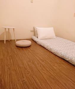 | 逢甲 | 二樓 | 單人房(加床$250) | 獨立空間 | 共用衛浴 |