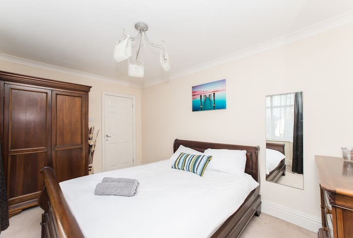 3 bed flat, sleeps 7, private off road parking