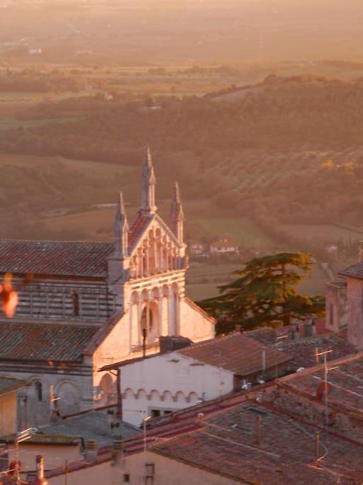 facciata del duomo di massa vista dalla città alta