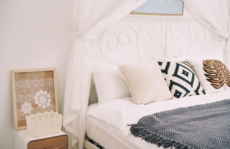 1.8米乘2米的大床,精心挑选乳胶袋装弹簧床垫,给您优质的睡眠,能很快入睡