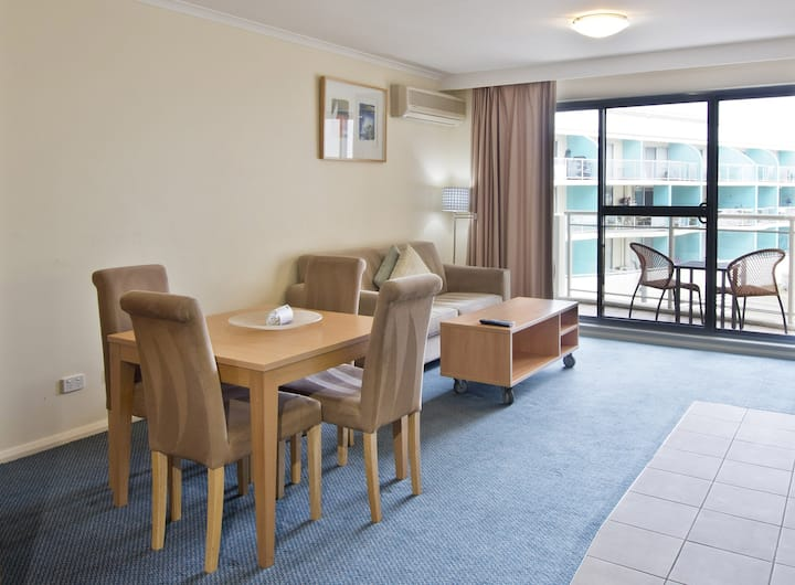 Spacious 1 Bed Apartment with kitchenette &laundry
