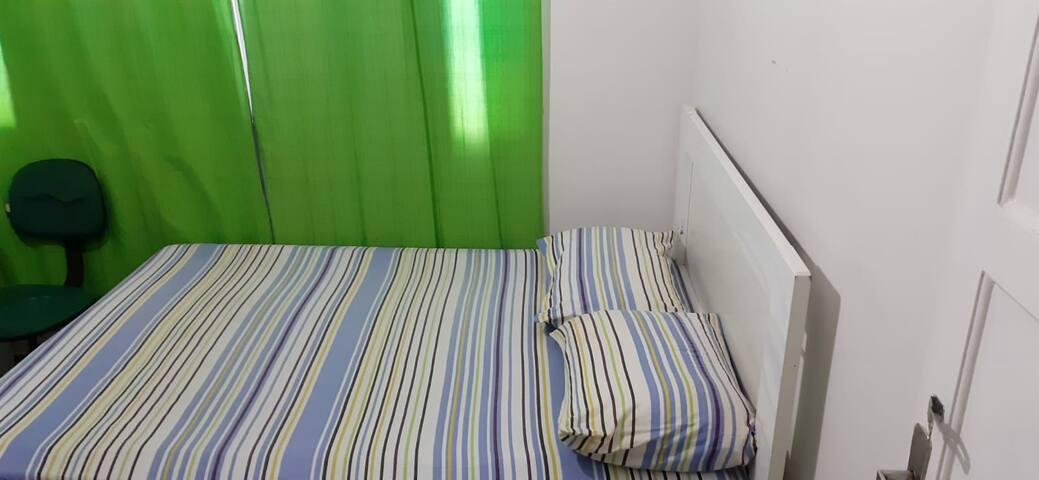 Quarto próximo à Unimed com cama de casal
