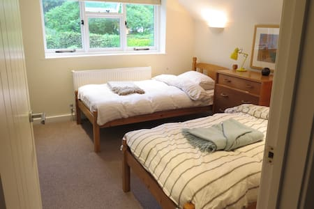 Cozy and pleasant twin room in West Dean village - West Sussex