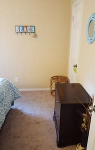 Cozy guest room 20 min from beach. - House
