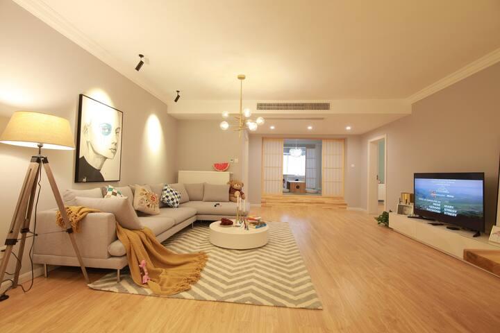 Superb flat, 4 bdrs, close to metro, wall heater