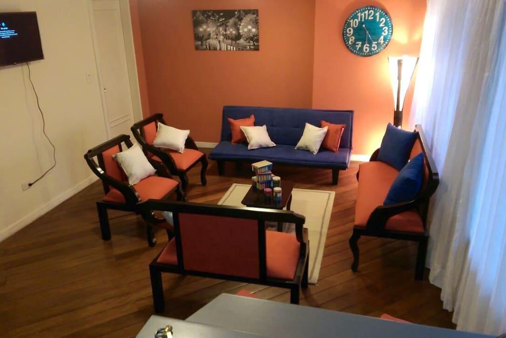 Welcome home...!! Full sized living room area. / Sala completa, Bienvenido!!