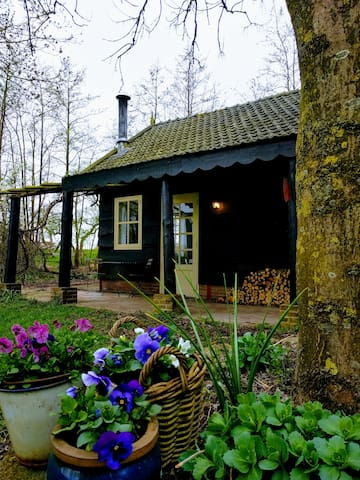 Charmant vrijstaand natuurhuis met veel privacy !! - Lexmond - Hytte