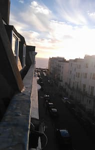 Private entrance to your room, beach 2 min walk - Hove