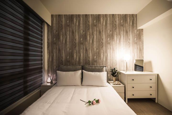 房間2 雙人床尺寸150cm x 188cm /Room2 with a double bed 150cm x 188cm