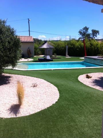 Gîte avec piscine sur propriété.