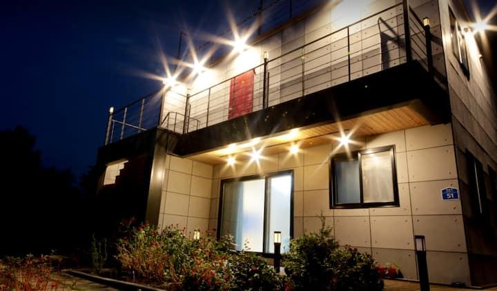 제주 함덕의 별 2층 커플룸A 욕실있는 개인실+공용주방(콘솔게임기, LED 마스크)
