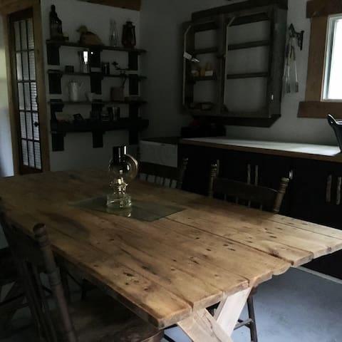 La table qui vous ramène à  une ancienne époque
