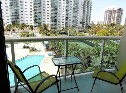 GORGEOUS UNIT /ACROSS BEACH /SLEEPS 4/FREE PARKING - Sunny Isles Beach