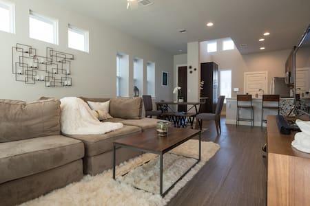 Modern Home near AIRPORT/COTA/DOWNTOWN - Austin