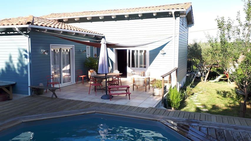 Maison ossature bois moderne avec piscine