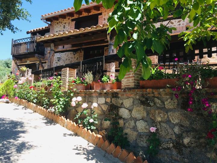 Casita turística rústica con gran jardín.