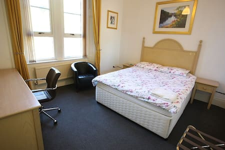 D. Quiet Double Room. Paisley. Nr Glasgow Airport - Appartement