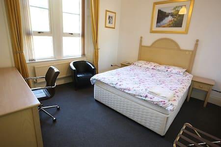 D. Quiet Double Room. Paisley. Nr Glasgow Airport - Apartament