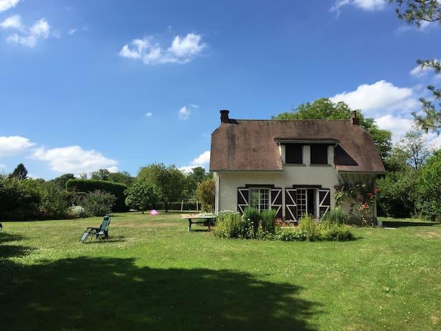 Maison de campagne au coeur d'un beau jardin