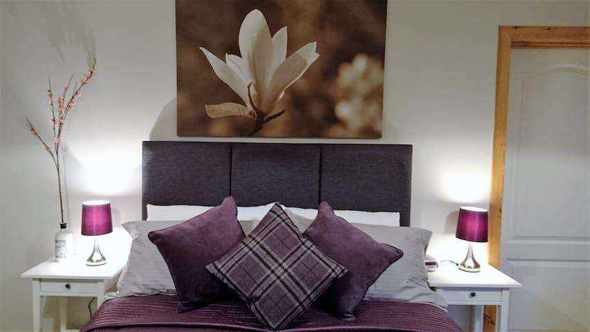 Spacious/family room  with en-suite - Skeabost Bridge - Oda + Kahvaltı