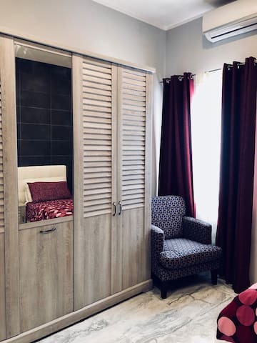 3 single beds bedroom with en suit