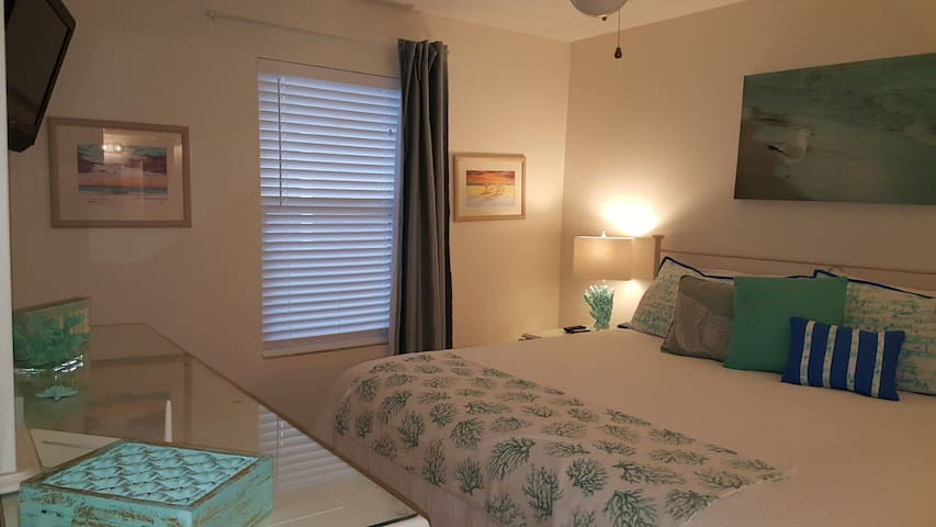 Delightfully decorated, stylish and beachy bedroom with king bed & new flooring. The vibe of this room will sooth and help you get rest.