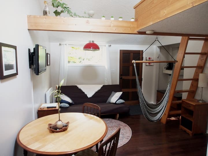 Quirky Carriage House near Fernwood & Oak Bay Ave