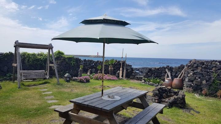 신비한 에머랄드빛 제주바다를 앞 마당으로 가지고있는 숙소입니다